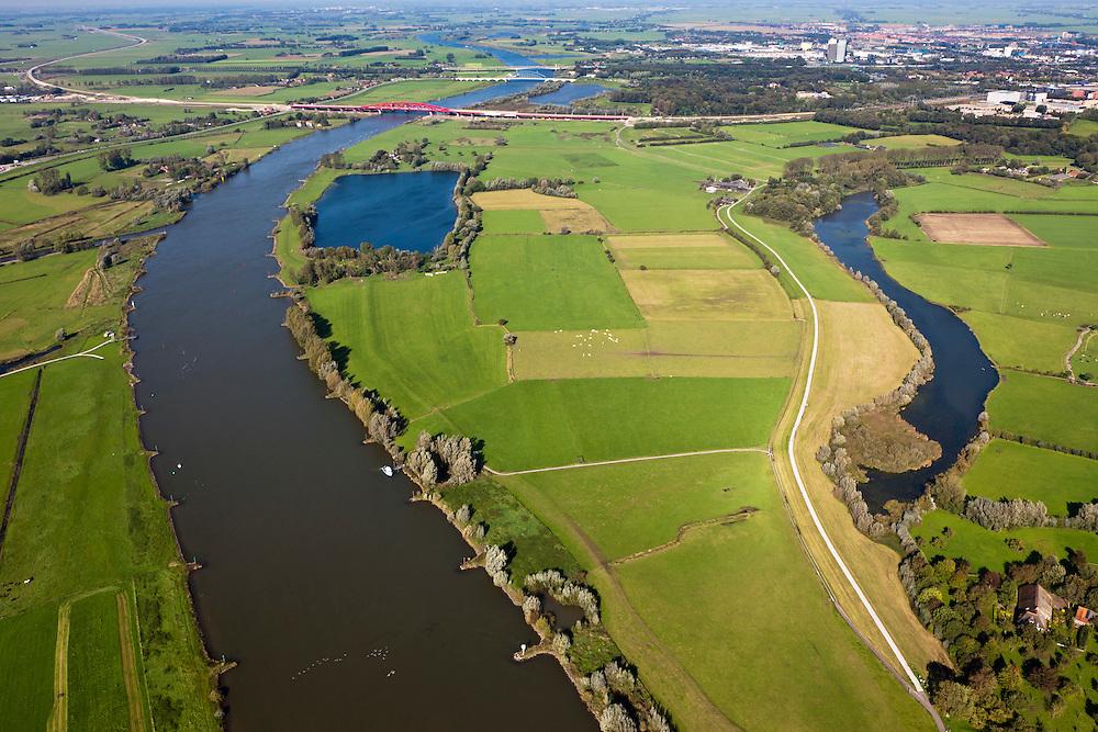 Nederland, Overijssel, Gemeente Zwolle, 03-10-2010; Scheller en Oldeneler Buitenwaarden. In het kader van het programma Ruimte voor de Rivier zullen er in de uiterwaarden een aantal geulen aangelegd worden. Deze geulen door tot onder de toerit van de Hanzelijn spoorbrug (rechts van de rivier). Door de vergraving zal de rivier in de toekomst vrijer kunnen stromen. .Floodplains south of Zwolle, channels will be excavated in the floodsplain, allowing for the river the flow more freely..luchtfoto (toeslag), aerial photo (additional fee required).foto/photo Siebe Swart