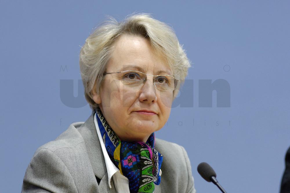 21 FEB 2006, BERLIN/GERMANY:<br /> Annette Schavan, CDU, Bundesministerin f&uuml;r Bildung und Forschung, waehrend einer Pressekonefernz zum Bericht des UN-Sonderberichterstatters, Bundespressekoneferenz <br /> IMAGE: 20060221-02-007