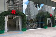 SAO PAULO - SP 08/12/2014 Faltando menos de vinte dias para o natal, muitos predios do governo ja estao decorados com temática natalina, a Prefeitura investiu em um papai noel e uma bicicleta gigantes, ja  a camara municipal está decorada com laços vermelhos e verdes, e montaram um arvore de natal do lado de dentro. Foto: MARCELO S. CAMARGO/FRAME