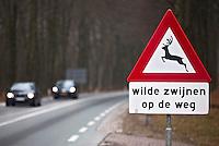ARNHEM - Waarschuwingsbord op de Veluwe voor overstekende wilde zwijnen;  COPYRIGHT KOEN SUYK