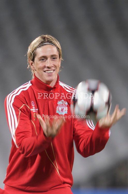 LYON, FRANCE - Tuesday, November 3, 2009: Liverpool's Fernando Torres during training at the Stade Gerland ahead of the UEFA Champions League Group E match against Olympique Lyonnais. (Pic by David Rawcliffe/Propaganda)