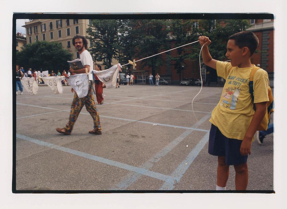 Proteste contro il summit del G8, Genova luglio 2001. 19 luglio, corteo dei Migranti. Ragazzino con mutande stese su un filo. Nei giorni precedenti il G8, il premier italiano Silvio Berlusconi aveva ordinato la rimozione della biancheria e del bucato in genere dalle finestre dei palazzi della città, per ragioni di decoro.