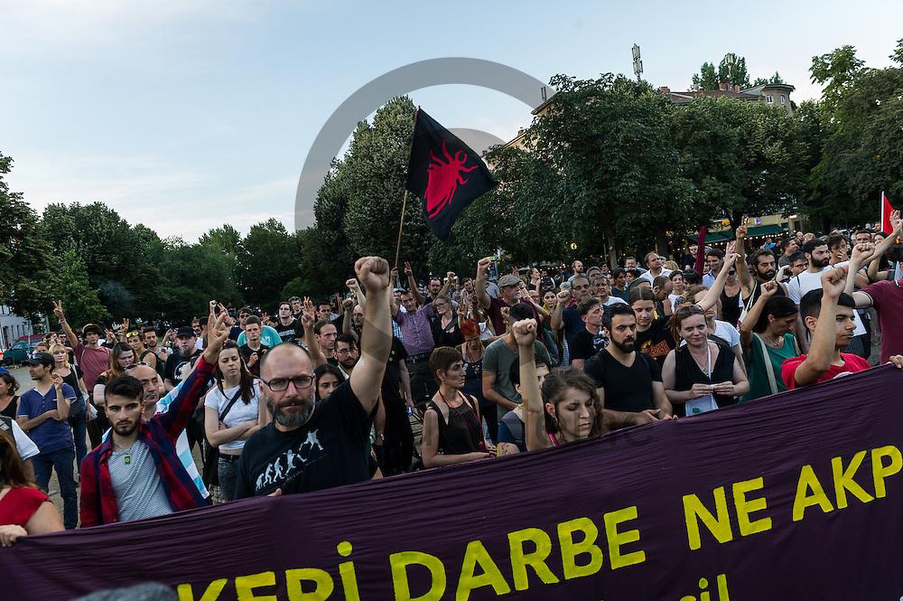 Demonstranten halten w&auml;hrend der Demonstration gegen den Milit&auml;rputsch und die AKP Regierung am 22.07.2016 in Berlin, Deutschland eine Schweigeminute f&uuml;r die Opfer aus M&uuml;nchen ab. Mehrere Hundert Menschen gingen auf die Stra&szlig;e um gegen die AKP-Regierung und die aktuelle Situation in der T&uuml;rkei zu demonstrieren. Foto: Markus Heine / heineimaging<br /> <br /> ------------------------------<br /> <br /> Ver&ouml;ffentlichung nur mit Fotografennennung, sowie gegen Honorar und Belegexemplar.<br /> <br /> Bankverbindung:<br /> IBAN: DE65660908000004437497<br /> BIC CODE: GENODE61BBB<br /> Badische Beamten Bank Karlsruhe<br /> <br /> USt-IdNr: DE291853306<br /> <br /> Please note:<br /> All rights reserved! Don't publish without copyright!<br /> <br /> Stand: 07.2016<br /> <br /> ------------------------------