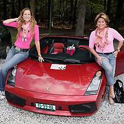 NLD/Amsterdam/20080910 - Beau Monde Rally 2008, Christine Kroonenberg en Pauline mol - Huizinga bij hun auto