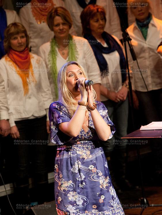 Lise Olden performing in Trondheim March 12th 2010...Lise Olden spiller i Olavshallen 12 mars 2010 sammen med bandet Svevestøv og Leinstrand Songlag..Bandet består av Rune Melvær, Ann Helen Stamnsve, Ketil Hustad, Steinar krokstad, Morten Skaget, Marit Aspås, Jo Ranheim..