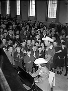 Roy Rogers 'King of the Cowboys' and his wife Dale Evans when they entertained the boys of St Augustine's School in Obelisk Park, Blackrock, Co. Dublin. <br />