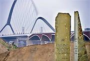 Nederland, Nijmegen, Oosterhout, 26-9-2014 Monument ter herinnering van de oversteek door Amerikaanse militairen van de Waal bij Nijmegen in W.O. II, waarbij de Waalbrug werd veroverd als onderdeel van operatie Market Garden is weer teruggeplaatst. 2e wereldoorlog. Dit is ook de plek waar de tweede stadsbrug, brug, uitkomt. Die verbindt de vinexwijk in Lent en Oosterhout met de stad. Hij begint aan de overkant naast de elektriciteitscentrale. Foto: Flip Franssen/Hollandse Hoogte