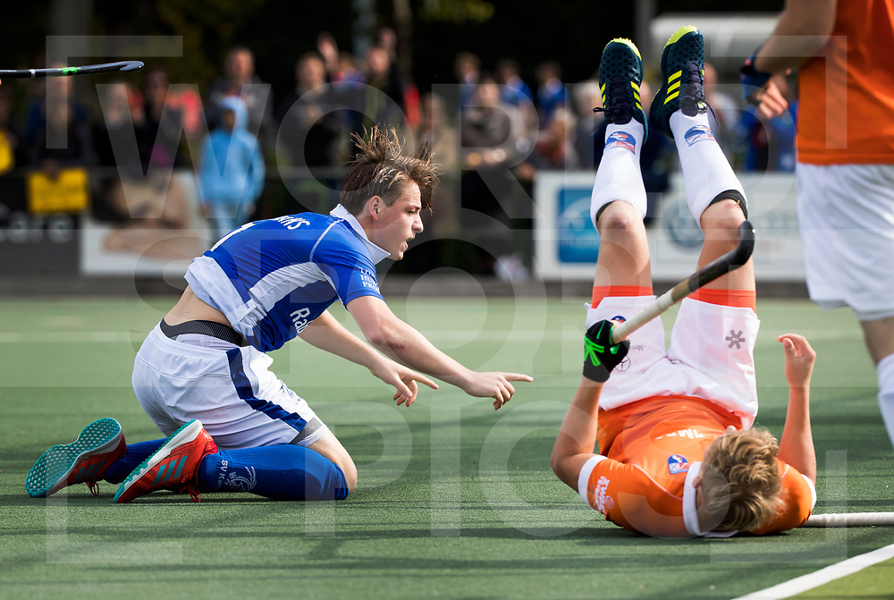 UTRECHT - Ties Ceulemans (Kampong) brengt , zwaar gehinderd door Jasper Brinkman (Bldaal), de stand op 1-0. tijdens de hockey hoofdklasse competitiewedstrijd heren:  Kampong-Bloemendaal (3-3). COPYRIGHT KOEN SUYK