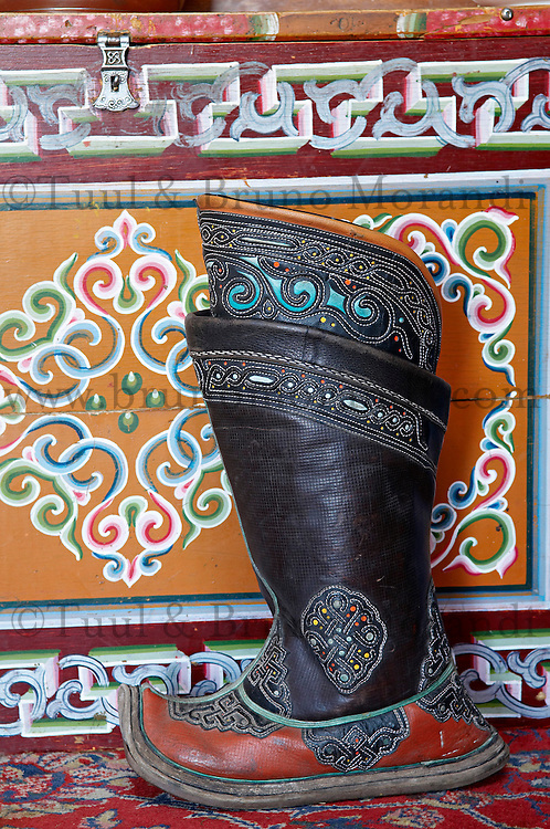 Mongolie. Province de Tov. Interieur de yourte. Botte traditionelle. // Mongolia. Tov province. Inside yurt. Traditional boot.