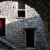EN> A rustic corner in a passageway of the medieval town of Balazuc, France |<br /> SP> Un rincón rústico en un pasade del pueblo medieval de Balazuc, Francia