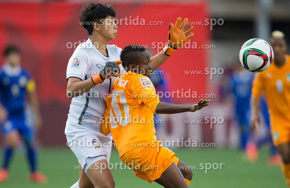 12.06.2015, Lansdowne Stadium, Ottawa, CAN, FIFA WM, Frauen, Elfenbeink&uuml;ste vs Thailand, Gruppe B, im Bild Ange Nguessan (R) of Cote d'Ivoire vies with Thailand's goalkeeper Warapom Boonsing. Thailand won 3-2 // during group B match of FIFA Women's World Cup between Ivoire Coast and Thailand at the Lansdowne Stadium in Ottawa, Canada on 2015/06/12. EXPA Pictures &copy; 2015, PhotoCredit: EXPA/ Photoshot/ Zou Zheng<br /> <br /> *****ATTENTION - for AUT, SLO, CRO, SRB, BIH, MAZ only*****