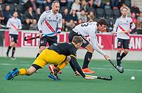 AMSTELVEEN - Noud Schoenaker (Den Bosch) met Wiegert Schut (Adam)   tijdens de competitie hoofdklasse hockeywedstrijd mannen, Amsterdam- Den Bosch (2-3).  COPYRIGHT KOEN SUYK