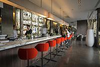 Pens&eacute;e comme un &laquo; lieu social &raquo; favorisant les rencontres,  avec sa cuisine ouverte, son espace priv&eacute;, son bar, sa vinoteca et sa terrasse, la brasserie FR\AME se distingue par la cr&eacute;ativit&eacute; du chef Andrew Wigger et la vision intemporelle de l&rsquo;architecte d&rsquo;int&eacute;rieur et sc&eacute;nographe Christophe Pillet.<br /> &Agrave; eux deux, ils ont r&eacute;ussi &agrave; transposer l&rsquo;esprit West Coast dans un environnement parisien.<br /> C'est &eacute;galement le plus grand potager parisien avec, en plus, ses poules et ses abeilles.<br /> Directement du producteur au consommateur.
