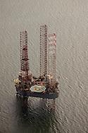 Luchtfoto tijdelijk boorplatform Global Santa Fe (GSF) Monarch in de Noordzee bij Ameland, In de nacht van 27/28 juli 2010 vertrok het platform weer.