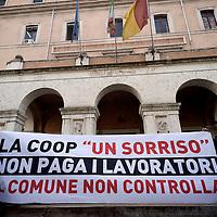 Lavoratori della coop Un Sorriso protestano per i mancati pagamenti degli stipendi
