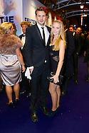 AMSTERDAM - In theater Tuschinski is de Nederlandse film 'Feuten het Feestje' in premiere gegaan. Met hier op de foto  Raynor Arkenbout met partner Sietske van der Bijl. FOTO LEVIN DEN BOER - PERSFOTO.NU