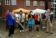 07-09-2008 TILBURG TEN MILES 2008: TILBURG<br /> Waterpost bekertje water drinken bier gezelligheid drank tappen muziek dj <br /> Orkestje<br /> Foto: Geert van Erven/Pix4profs