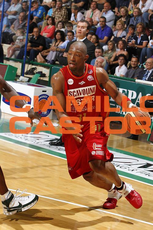 DESCRIZIONE : Siena Lega A 2008-09 Playoff Quarti di finale Gara 3 Montepaschi Siena Scavolini Spar Pesaro <br /> GIOCATORE : LeRoy Hurd<br /> SQUADRA : Scavolini Spar Pesaro<br /> EVENTO : Campionato Lega A 2008-2009 <br /> GARA : Montepaschi Siena Scavolini Spar Pesaro<br /> DATA : 23/05/2009<br /> CATEGORIA : palleggio<br /> SPORT : Pallacanestro <br /> AUTORE : Agenzia Ciamillo-Castoria/E.Castoria
