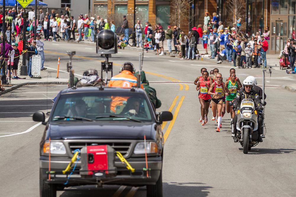 2014 Boston Marathon: Shalane Flanagan leads pack near mile 15