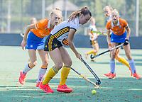 BLOEMENDAAL   - Roos Heimel (Vict) met Lilli de Nooijer (Bldaal)  oefenwedstrijd dames Bloemendaal-Victoria, te voorbereiding seizoen 2020-2021.   COPYRIGHT KOEN SUYK