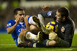 LIVERPOOL, ENGLAND - Wednesday, January 27, 2010: Everton's Tim Cahill and Sunderland's goalkeeper Craig Gordon during the Premiership match at Goodison Park. (Photo by: David Rawcliffe/Propaganda)