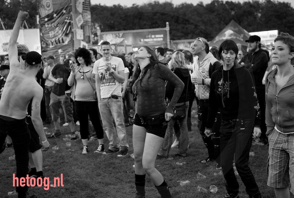 """Nederland, enschede 5aug2011 publiek tijdens de zevende editie van 'Geuzenpop"""" op recreatiepark het Rutbeek in Enschede vermaakt zich opperbest"""