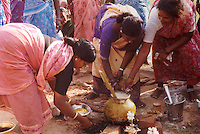 Indiske damer lager mat, indian women making dinner