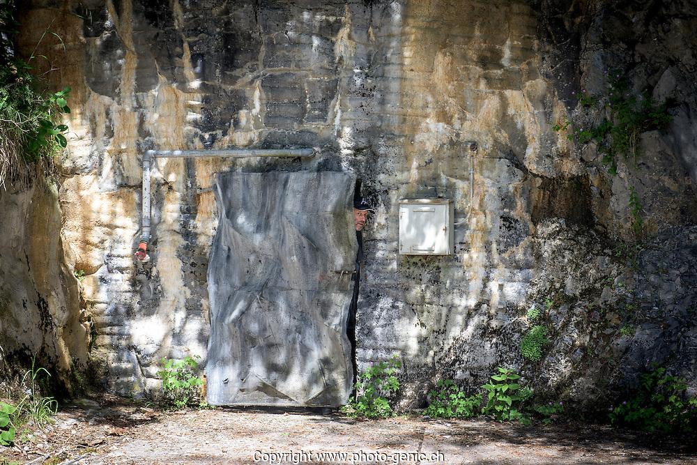 LA VISITE DE  LA FORTERESSE DE DAILLY AU DESSUS DE SAINT MAURICE 26 JUIN 2015.<br /> <br /> Pierre Frei sort de la montagne par une porte camoufl&eacute;e. Il a &eacute;t&eacute; garde-fort &agrave; Savatan et Dailly pendant plus de 25 ans.<br /> <br /> <br /> (PHOTO-GENIC.CH/ OLIVIER MAIRE)<br /> Savatan<br /> arm&eacute;e<br /> militaire<br /> formation recrues<br /> galerie, tunnel, arme, canon,
