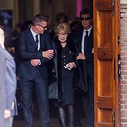 NLD/Laren/20130102 - Uitvaart John de Mol Sr., Johnny de Mol, John de Mol en moeder Hannie