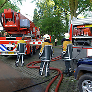 NLD/Huizen/20060530 - Woningbrand in huis met rieten kap Nieuw Bussummerweg 132 Huizen, hoogwerker word klaargezet