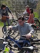 Grand succès de la première bourse à vélo organisé par Pro Velo Fribourg 2011 à Bulle. Plus d'une centaine de vélos ont trouvé de nouveaux propriétaire. © Romano P. Riedo