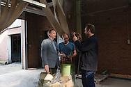 Nederetherlands, Enschede 30mrt2016 In Enschede bij textiel weverii Ter Kuile werden vandaag door onderneemster Annemieke Koster (zwarte kleding/lang haar/bril) twee oude weefmachines uit 1972 (met ouderwetsche schietspoel) geplaatst. Coert Meihuizen Blauw colbert geruit shirt) assisteert. Koster wil hiermee voor het einde van het jaar eerlijke denim maken. de eerste order voor 1000 meter  van fabrikant 'Noppies'  (zwangerschapskleding ) is al binnen. Zij verwacht meer orders omdat veel bedrijven tegenwoordig duurzaam willen produceren en omdat er ook steeds meer behoefte is naar vraaggestuurde productie , waarbij je niet direct grote hoeveelheden hoeft af te nemen. Het plan voor een eigen textielfabriek kwam na de ineenstorting van textielfabriek Rana Plaza in Bangladesh in april 2013, waardoor 1100 doden vielen. Bij weverij ter Kuile maakt men al bijna 100 jaar binnevoeringen voor o.a. colberts.