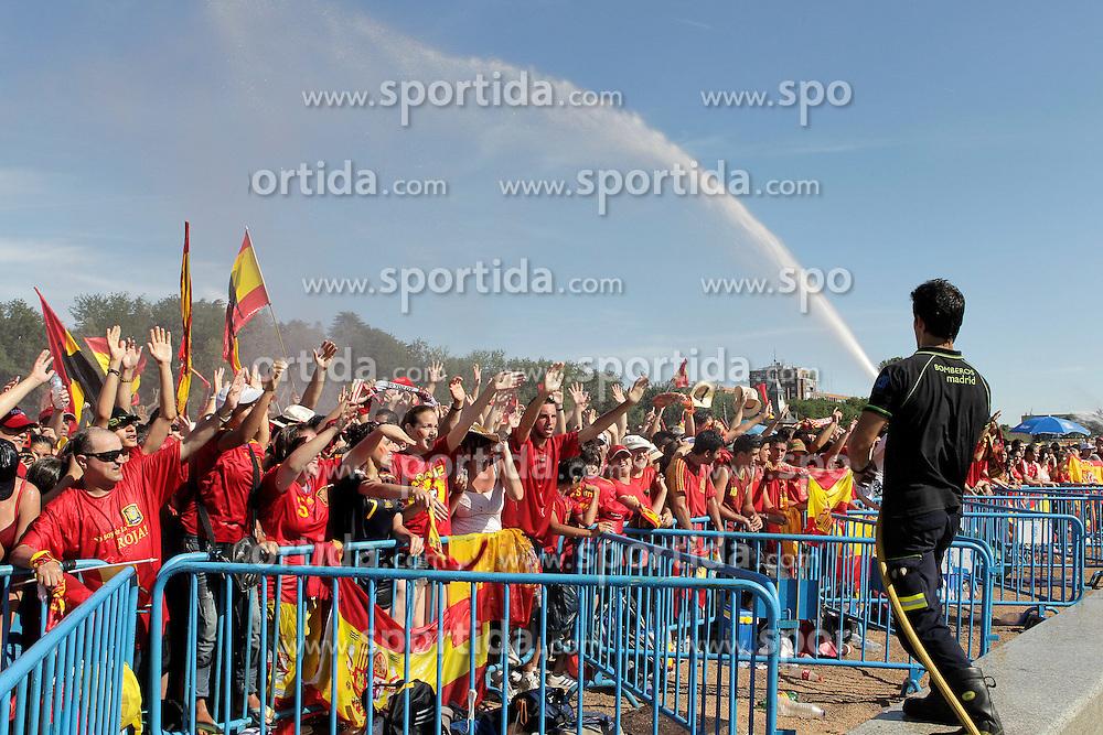 12.07.2010, Madrid, Spanien, ESP, FIFA WM 2010, Empfang des Weltmeisters in Madrid, im Bild für die Fans gab es bei 40 Grad Abkühlung durch die Feuerwehr, die Wasser in die Massen spritzte, EXPA Pictures © 2010, PhotoCredit: EXPA/ Alterphotos/ Acero / SPORTIDA PHOTO AGENCY