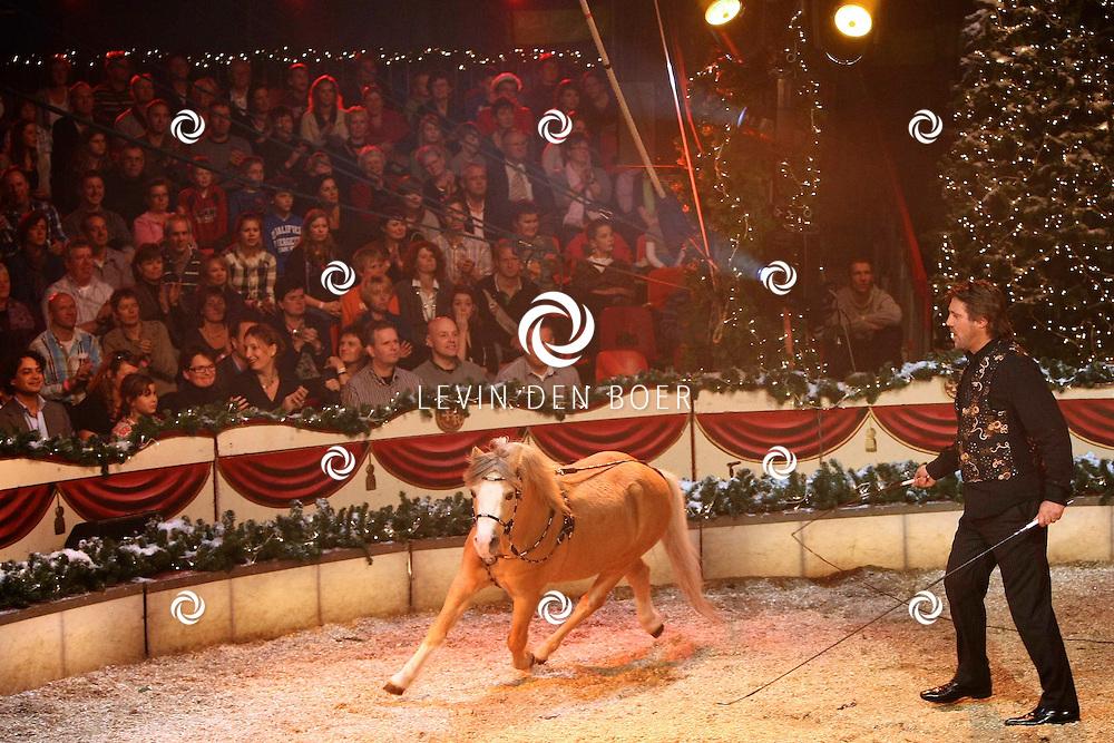 HELMOND - In de tent van Circus Herman Renz werden de opnames van de RTL4 KidsRights KerstSterrenCircus opgenomen. Met op de foto John de Wolf. FOTO LEVIN DEN BOER / PERSFOTO.NU