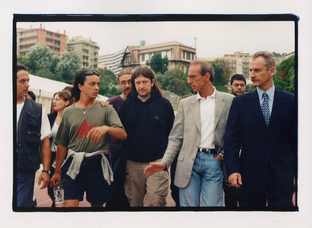 Proteste contro il summit del G8, Genova luglio 2001. 18 Luglio, mattina. Perquisizione della polizia allo stadio Carlini, campeggio del movimento delle Tute Bianche / dei Disobbedienti. Al centro, Luca Casarini, portavoce.