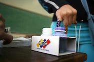 Una venezolana vota en el referendo consultivo sobre la reforma constitucional propuesta por el presidente venezolano, Hugo Chávez hoy, domingo 2 de diciembre, en Caracas (Venezuela). (ivan gonzalez)