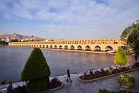 Iran, province d'Ispahan, Ispahan, Pont de Si-o-Seh sur la rivière Zayandeh // Iran, Isfahan, Si-o-Seh bridge on the Zayandeh river