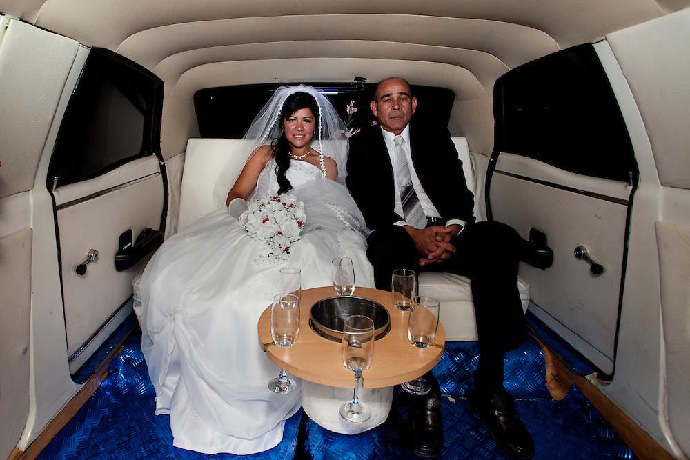 Jhoanna, el d&iacute;a de su boda, viaja en la limosina acompa&ntilde;ada por su padre.<br /> <br /> Jhoanna on the day of her wedding, accompanied by her father.