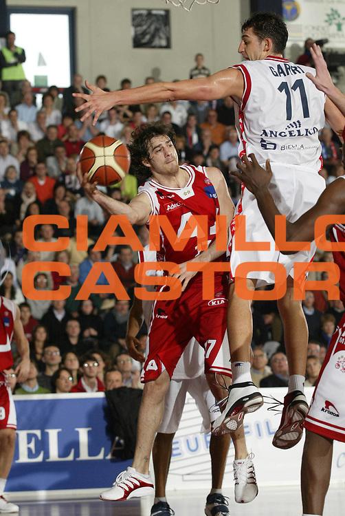 DESCRIZIONE : Biella Lega A1 2005-06 Angelico Biella Armani Jeans Olimpia Milano<br /> GIOCATORE : Calabria<br /> SQUADRA : Armani Jeans Olimpia Milano<br /> EVENTO : Campionato Lega A1 2005-2006 <br /> GARA : Angelico Biella Armani Jeans Olimpia Milano <br /> DATA : 15/01/2006 <br /> CATEGORIA : Passaggio<br /> SPORT : Pallacanestro <br /> AUTORE : Agenzia Ciamillo-Castoria/G.Cottini <br /> Galleria : Lega Basket A1 2005-2006<br /> Fotonotizia : Biella Campionato Italiano Lega A1 2005-2006 Angelico Biella Armani Jeans Olimpia Milano<br /> Predefinita :