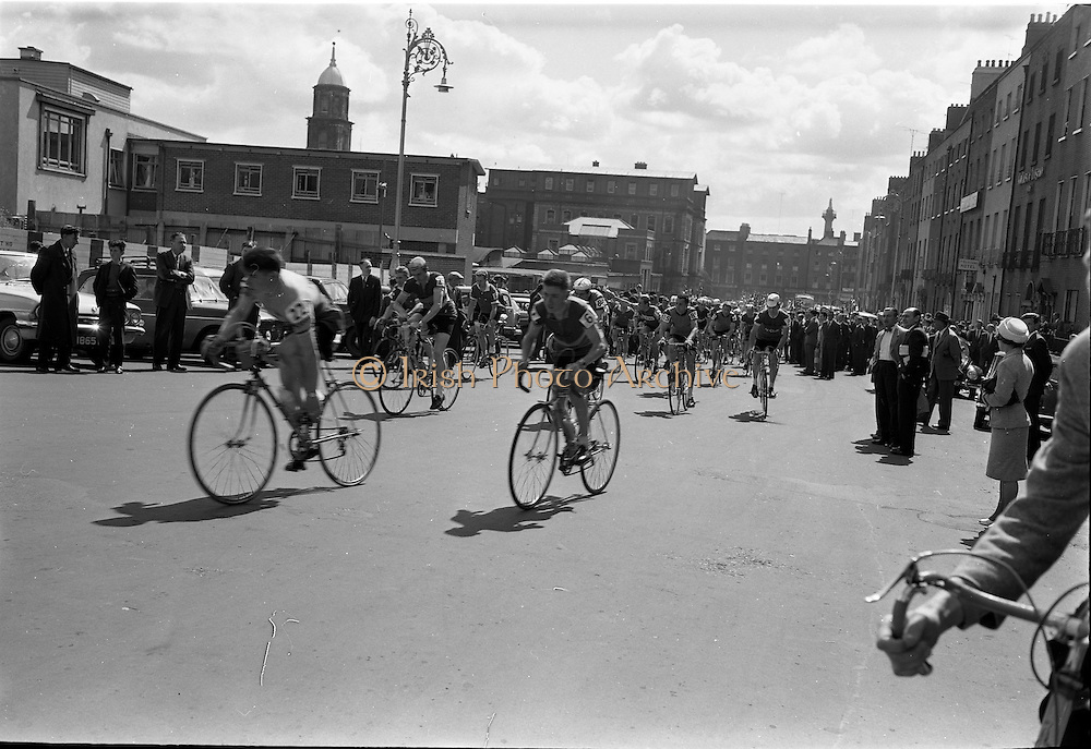05/08/1962<br /> 08/05/1962<br /> 05 August 1962 <br /> Start of An R&aacute;s Tailtean from the G.P.O. Dublin. Image shows the cyclists at the beginning of the race.