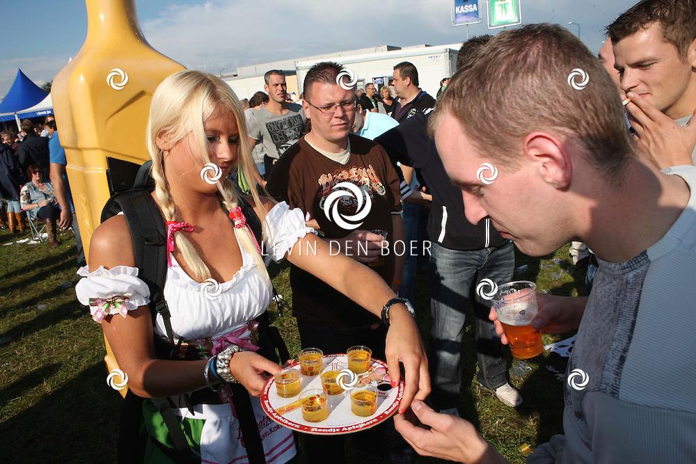 LIESHOUT - Bavaria Open Air Festival. Met op de foto  de Apfelkorn Meisjes die apfelkorn aan het publiek verkoopt. FOTO LEVIN DEN BOER - PERSFOTO.NU