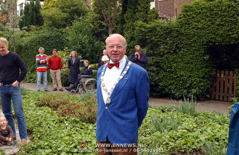 Onthulling plaquette Pr. Hendrikpark Bussum, burgemeester Holthuijzen