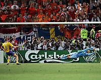 Fotball, 26. juni 2004, EM, Euro 2004, Sverige- Nederland, Schwedens Olof Mellberg verschiesst den Entscheidenden Penalty gegen Hollands Edwin van der Sar