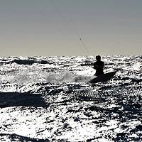 Clap de fin pour la Sunlight Inshore CUP ! La compétition organisée par Massilia Kite Association Massilia Kite School et le SYCOM s'est disputée dimanche 12 novembre, avec un parcours de 6 miles nautiques dans la baie de Marseille et de belles conditions de vent. Un plan d'eau bien agité a permis à la vingtaine de kitesurfeurs présents de prendre du fun et un maximum de sensations fortes. La course a finalement été remportée par Thierry Dulieu en 25'02, devant Thomas Vaclavik (26'04) et Stéphane Hueber (36'58), tous en foil. Le premier surf, David Deheneffe, a terminé quatrième en 50′. A noter qu'une dizaine de riders n'a pas fini la course, signe du caractère particulièrement relevé de celle-ci… Bravo à tous les concurrents ! YCOM NEWS ///<br /> Clap de fin pour la Sunlight Inshore Cup ... La compétition organisée par Massilia Kite Association,Massilia Kite school et le SYCOM s'est disputée dimanche 12 novembre, avec un parcours de 6 miles nautiques dans la baie de Marseille et de belles conditions de vent. Un plan d'eau bien agité a permis à la vingtaine de kitesurfeurs présents de prendre du fun et un maximum de sensations fortes. La course a finalement été remportée par Thierry Dulieu en 25'02, devant Thomas Vaclavik (26'04) et Stéphane Hueber (36'58), tous en foil. Le premier surf, Gael Deheneffe, a terminé quatrième en 50′. A noter qu'une dizaine de riders n'a pas fini la course, signe du caractère particulièrement relevé de celle-ci… Bravo à tous les concurrents !
