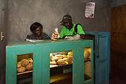 Haïti, Département de la Grand'Anse, commune de Beaumont. C'est grâce à l'appui de volontaires d'Uniterra, le programme de coopération volontaire conjoint du CECI et de l'EUMC, que la Confédération des Femmes de Beaumont (COFEBOM) a commencé à commercialiser un nouveau produit : le Beauparaître.