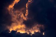 Wolkenlucht tijdens zonsondergang