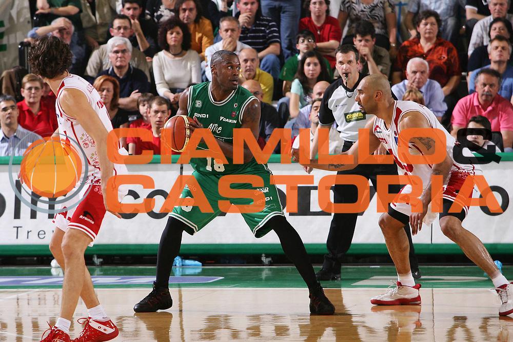 DESCRIZIONE : Treviso Lega A1 2005-06 Play Off Quarti Finale Gara 5 Benetton Treviso Armani Jeans Olimpia Milano <br /> GIOCATORE : Goree <br /> SQUADRA : Benetton Treviso <br /> EVENTO : Campionato Lega A1 2005-2006 Play Off Quarti Finale Gara 5 <br /> GARA : Benetton Treviso Armani Jeans Olimpia Milano <br /> DATA : 27/05/2006 <br /> CATEGORIA : <br /> SPORT : Pallacanestro <br /> AUTORE : Agenzia Ciamillo-Castoria/S.Silvestri