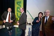 Ruth Peetoom (2e rechts) praat met een CDA lid, links staan Ton Roerig en Martijn Vroom. In Den Haag kunnen leden van het CDA kennismaken met de zes kandidaten voor het partijvoorzitterschap. Na een pitch, volgt een speeddate.