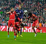 13.03.2013, Fussball Champions League Achtelfinale Rückspiel: FC Bayern München - FC Arsenal London, In der Allianz-Arena München. v.li: Mario Mandzukic (Bayern München), Per Mertesacker (Arsenal London), Javi Martinez (FC Bayern), Dante (Bayern München)