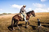 Homem a cavalo na Serra da Boa Vista. Rancho Queimado, Santa Catarina, Brasil. / Man riding a horse at Serra da Boa Vista. Rancho Queimado, Santa Catarina, Brazil.
